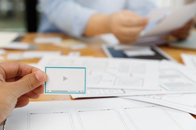 Графические дизайнеры работают вместе с ux ui
