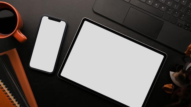 Графический планшет макет смартфон макет клавиатура ноутбук и аксессуары на черном фоне
