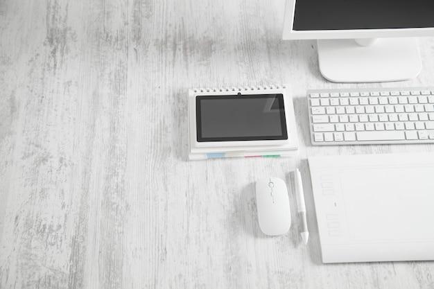 Графический планшет, мышь, клавиатура. рабочее место графического дизайнера