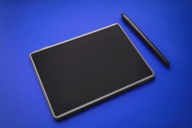파란색 배경에 그래픽 태블릿 펜 터치입니다.