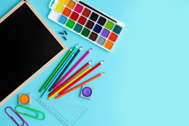レタリングと多数の水彩絵の具と文房具のグラファイト教育委員会
