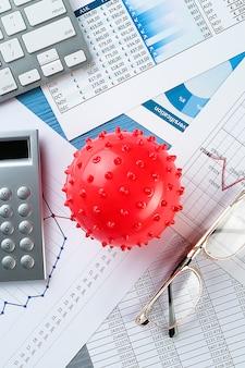 Графики и гистограммы, коронавирус, деньги, калькулятор на столе. снижение мировой экономики и доходов.