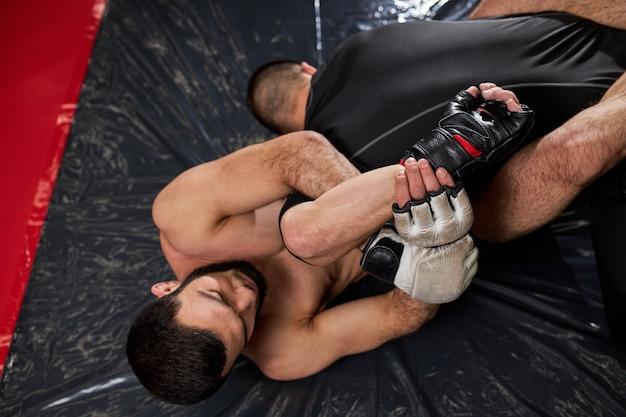 지상 싸움에서 상대를 질식시키려는 그래플러, 체육관에서 훈련 운동 .. 두 운동 남자 mma, 권투, 규칙없이 싸움에 종사. 평면도
