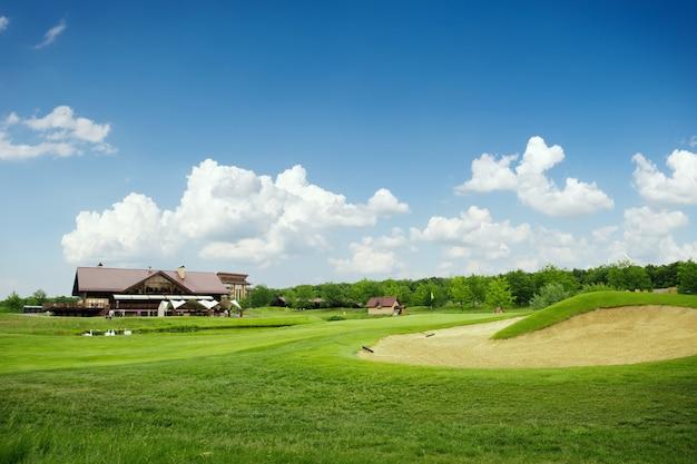 ゴルフコースでのゴルフ用の草と砂のバンカー