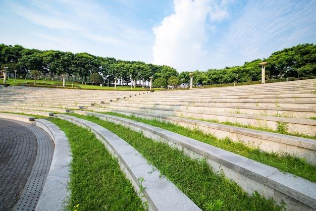 芝生と公園の階段