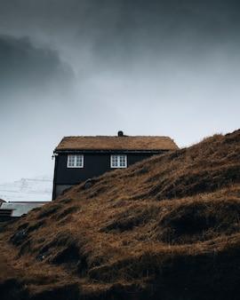 덴마크 saksun village island의 잔디 오두막