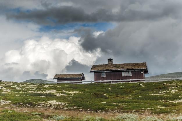잔디 지붕 집, 노르웨이. 고대 전통 목조 오두막