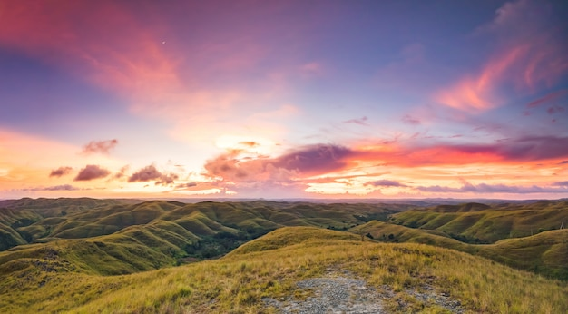 夕焼け空の背景の草原。インドネシア。