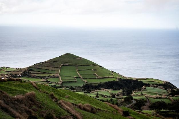 Campo erboso su una montagna vicino al mare