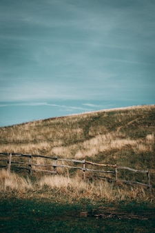 Травянистые холмы с деревянным забором