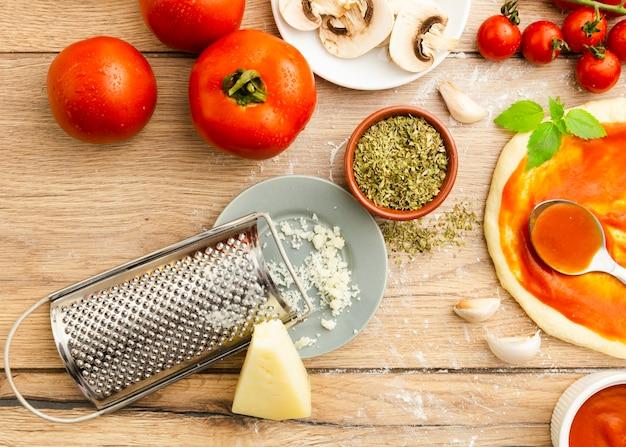 すりおろしたチーズとトマトとハーブ