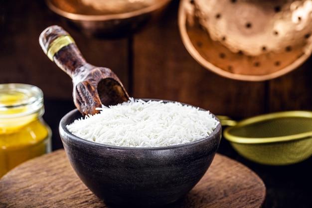Тертый кокос в глиняной миске, кулинарный ингредиент для сладостей