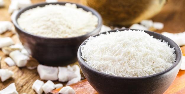 Тертый кокосовый орех, сделанный из каши, органический кулинарный ингредиент, используемый в качестве кулинарного ингредиента.