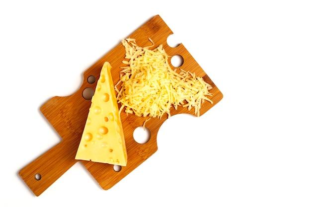 강판 된 구멍 치즈 삼각형 치즈 커팅 보드 흰색 배경에 수평 아니 사람