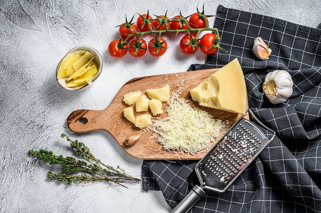 Тертый сыр пармезан и металлическая терка