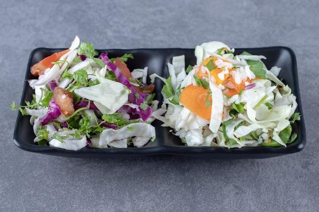 ボウルにおろし野菜、大理石の表面。