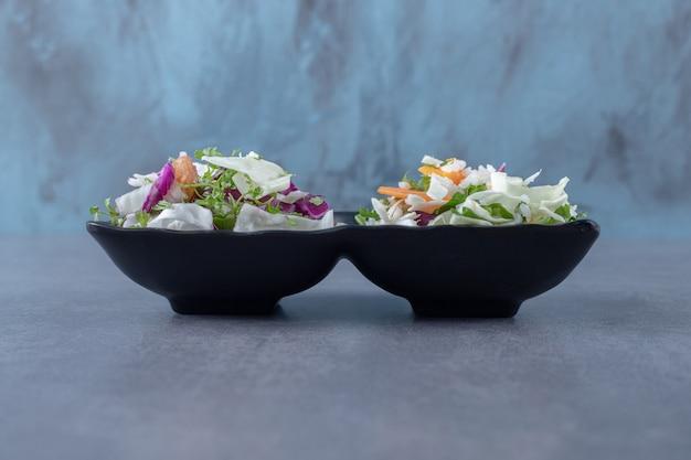 대리석 표면의 그릇에 비벼 진 야채.