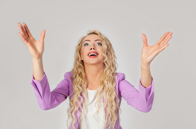 感謝と称賛された幸せな白人女性、金髪、神に感謝、目を上げて空に手を上げる
