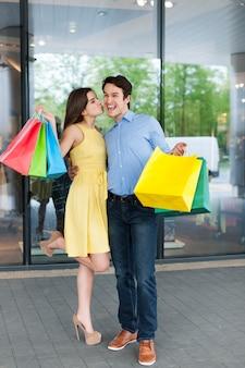 Благодарная женщина благодарит своего парня за успешные покупки