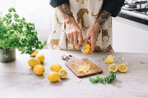 Grating lemons