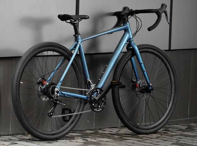 灰色の壁に砂利自転車
