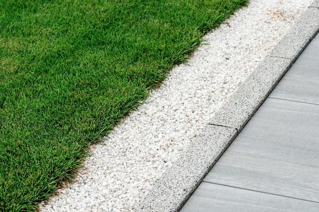 ランドスケープデザインの砂利が芝生の近くに注がれています