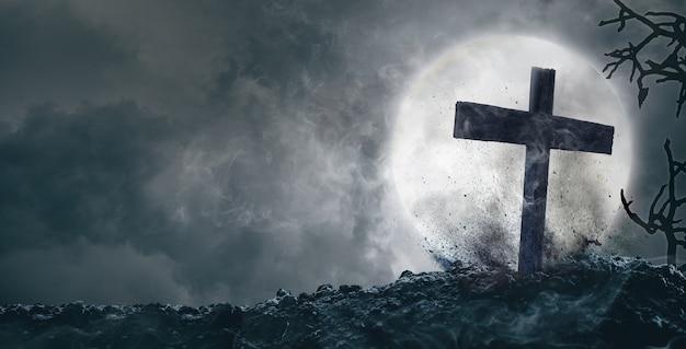 배경에 달이 있는 무덤과 십자가, 할로윈 개념