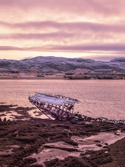 船の墓場、バレンツ海の海岸にある古い漁村、コラ半島、テリベルカ、ロシア。
