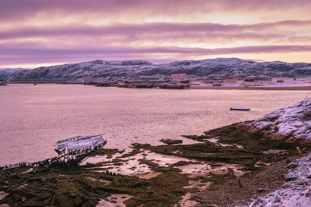 배의 묘지, barents 바다, 콜라 반도, teriberka, 러시아의 해안에있는 오래된 어촌 마을.