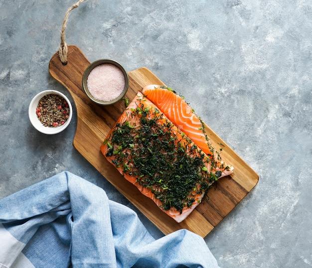 グラブラックスまたはグラブラックスは、生のサーモンからなる北欧料理です
