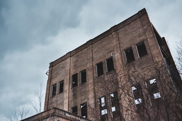 Серое заброшенное здание