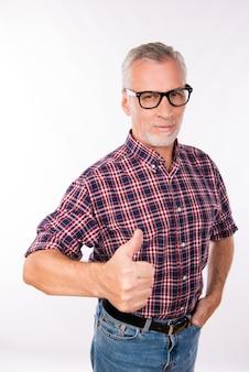 親指を立てて眼鏡をかけた灰色の老人