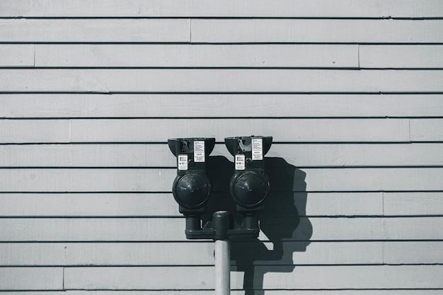 灰色と黒のスティック屋外