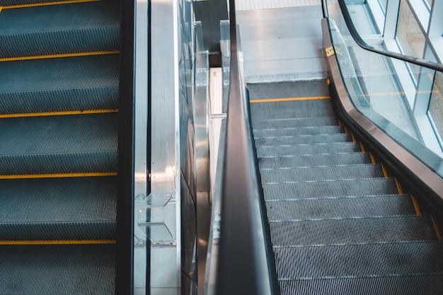 Серый и серебристый пустой эскалатор