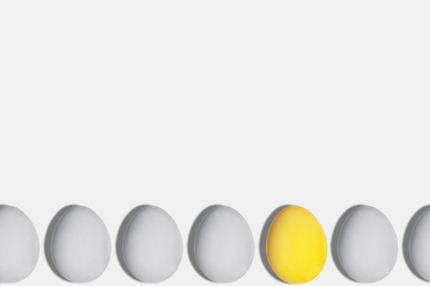 Серые и желтые яйца цвета года