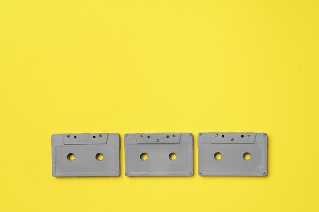 黄色の背景上面図に灰色のオーディオカセット
