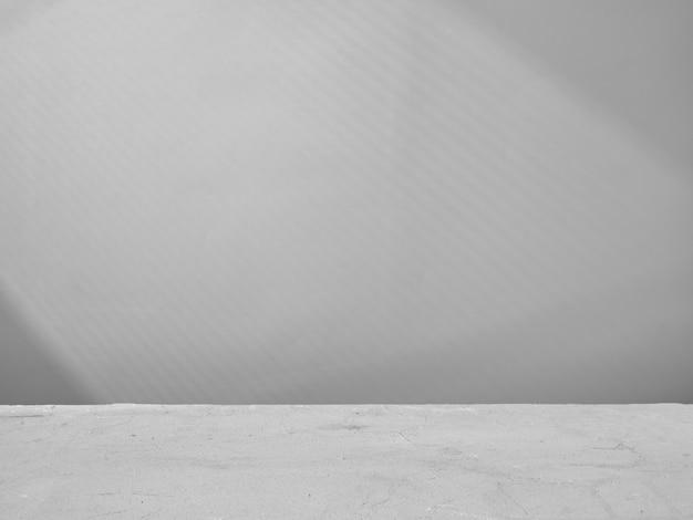 Серый фон для презентации продукта со светом из окна