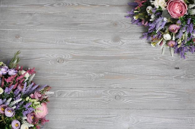 フレームの隅に斜めに色が付いた、木質のテクスチャの灰色の背景。