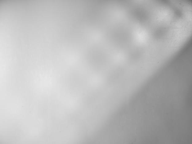 窓からの光と影と灰色の背景