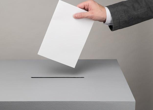 회색 투표함 대통령 및 선거 유권자는 투표용지를 투표함에 던집니다.