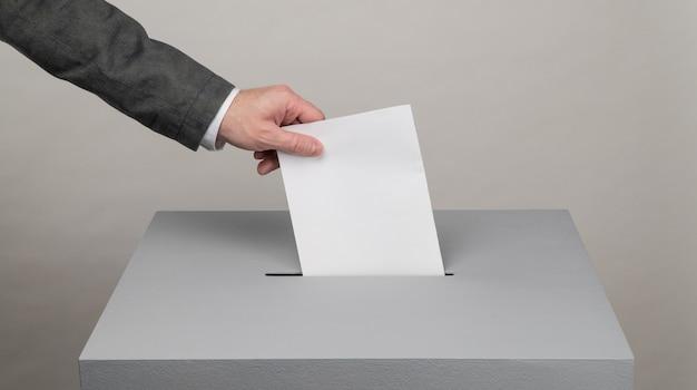 회색 투표함 대통령 및 국회의원 선거 유권자가 투표함을 상자에 던집니다.