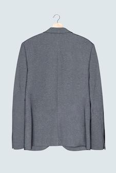 Blazer grigio su appendiabiti abbigliamento casual da uomo