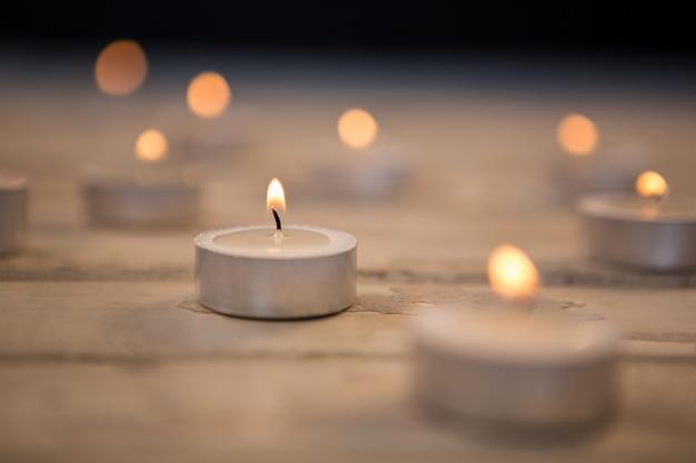 회색 촛불 조명