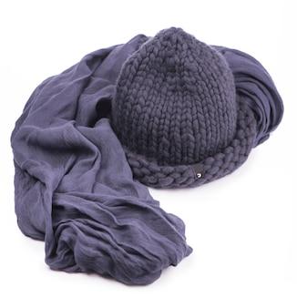 白い背景の上の灰色のキャップと暖かいスカーフ。