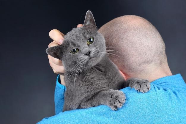 남자의 어깨에 앉아 회색 고양이