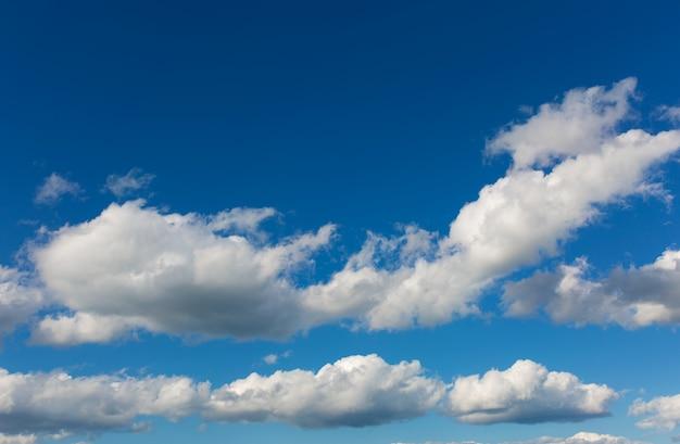 青い空を背景に灰色の雲。