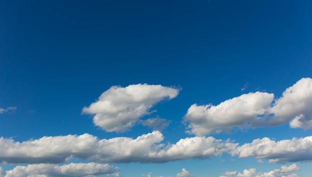 Серые облака на фоне голубого неба.
