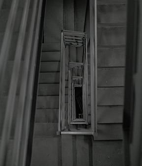 Серые бетонные строительные лестницы