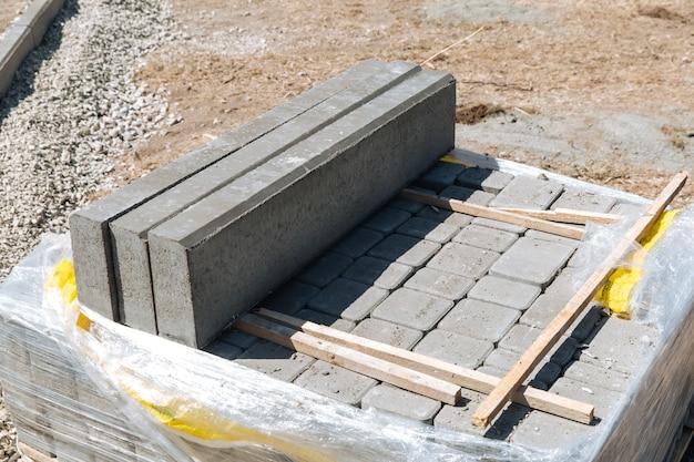 회색 콘크리트 포장 슬래브가 건설 작업을 위해 준비되었습니다. 도로 포장 공사