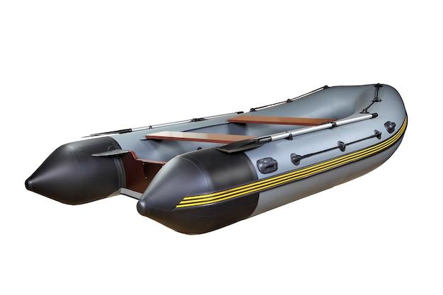 Pvc製の灰色のディンギー、オール付き、白い背景で隔離、ボディなし。 pvc製の灰色のインフレータブルゴムボート1隻、手漕ぎボート、白い背景で隔離、人はいない。